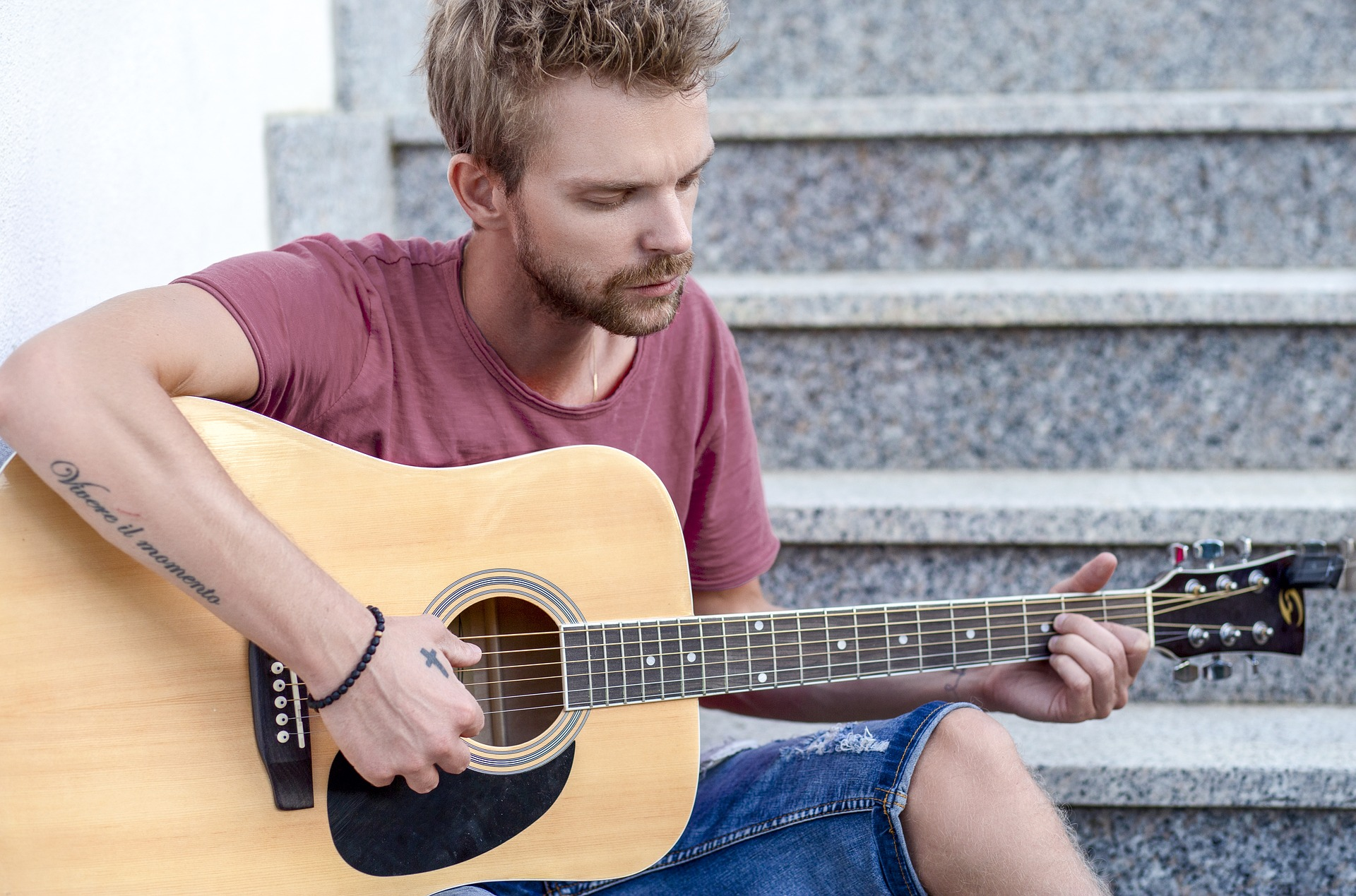 Aprende a tocar la guitarra porque le gusta y no para ligarse a las Erasmus