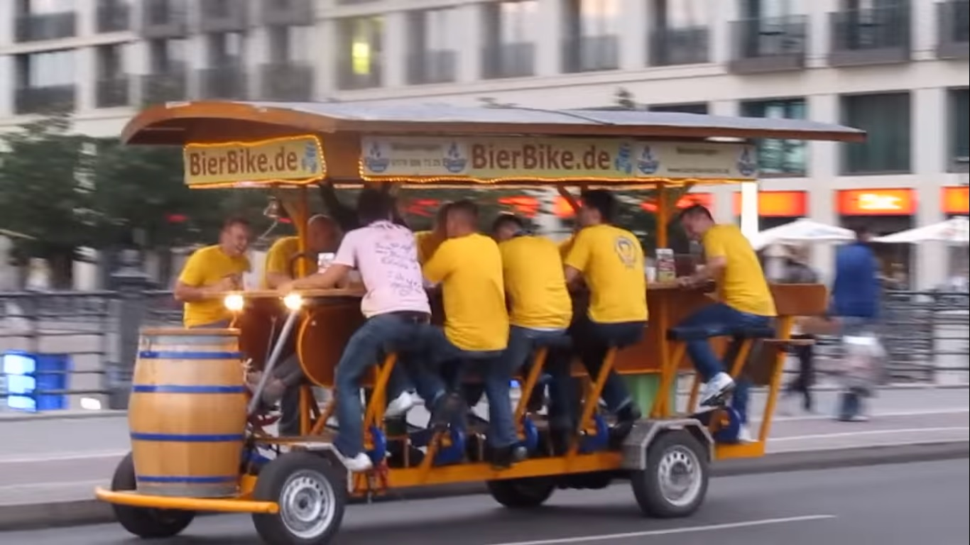 Un grupo de amigos intenta hacer pasar por deporte el bar móvil a pedales de la cerveza