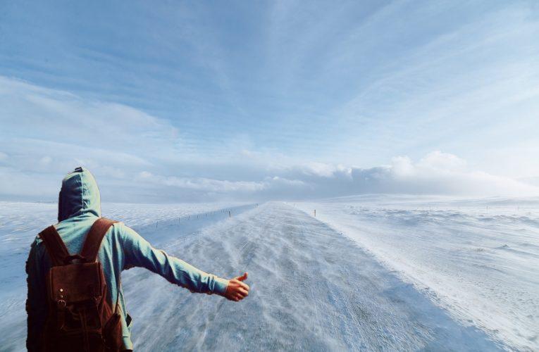 Encuentran a un joven optimista que lleva haciendo autostop más de una semana en la nevada Sierra de Madrid