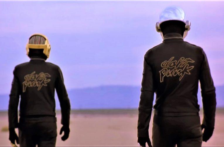 Los integrantes de Daft Punk se separan al darse cuenta de que son un dúo tras quitarse por primera vez en su vida los cascos que les impedían ver bien